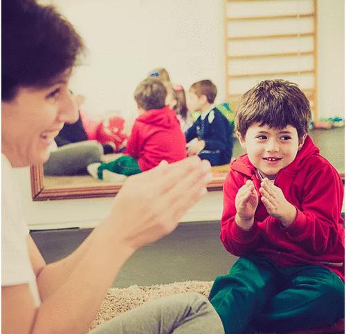 Beatriz Cornelsen: o brincar terapêutico ajuda a criança a resolver problemas de relacionamento